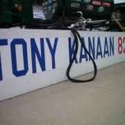 Tony Kanaan pit